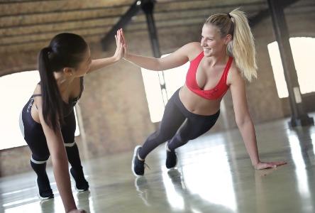 Vorteile eines persönlichen Trainers für Aerobic-Übungen