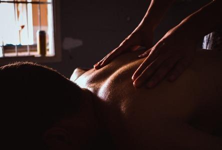 Wie man eine beruhigende Massage gibt