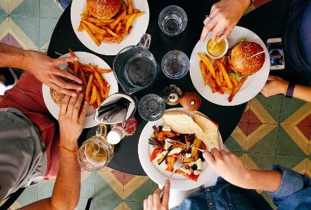 Vermeiden Sie Nahrungsmittel/Getränke, die Säurerückfluss verursachen, ändern Sie Ihren Lebensstil