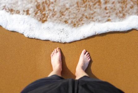 Lass dir den Tag am Strand nicht durch deine Füße ruinieren